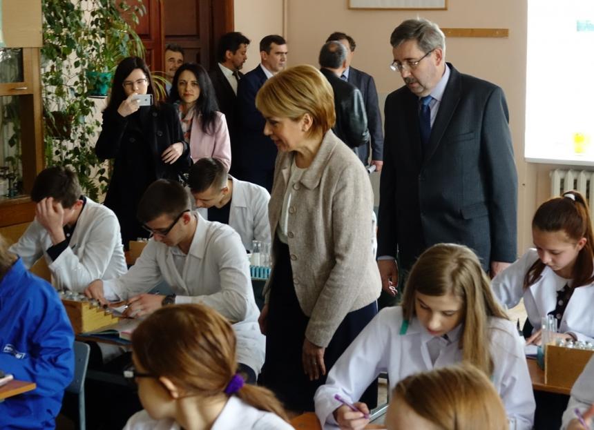 Лілія Гриневич передала навчальне обладнання Івано-Франківському природничо-математичному ліцею