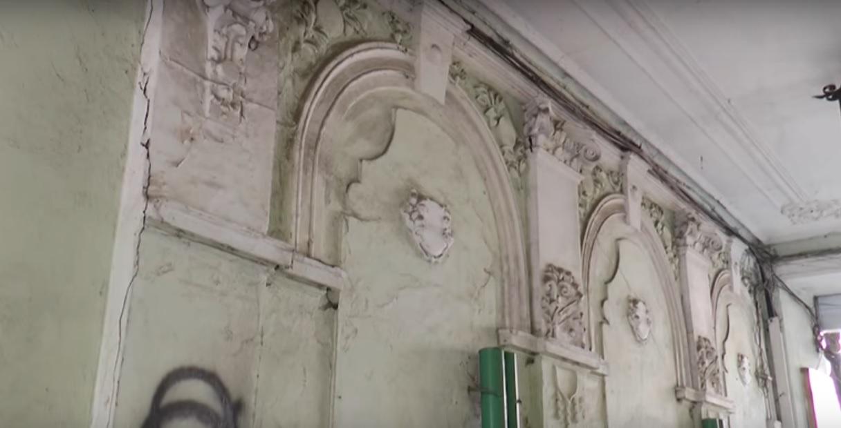 В центральній частині Франківська руйнується ще одна пам'ятка архітектури. Відео
