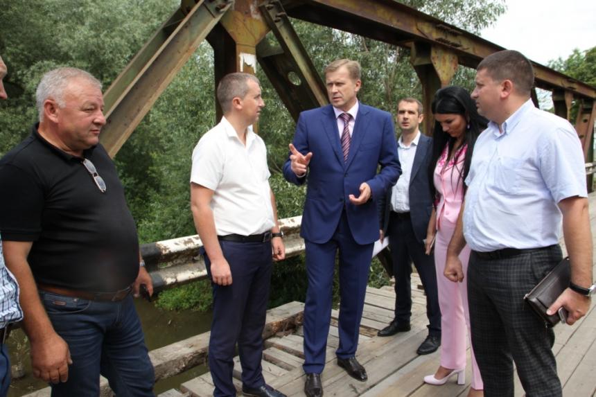 У селі Креховичі Рожнятівського району заклали камінь під капітальний ремонт мостового переходу через річку Сівка. Фото