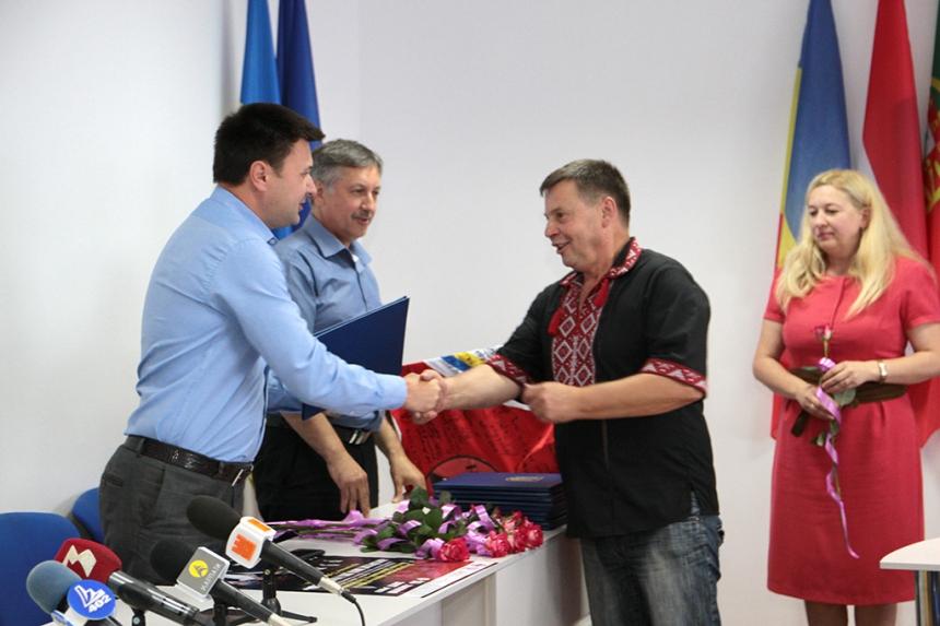 Учасників творчої делегації в зону АТО відзначено грамотами голови ОДА