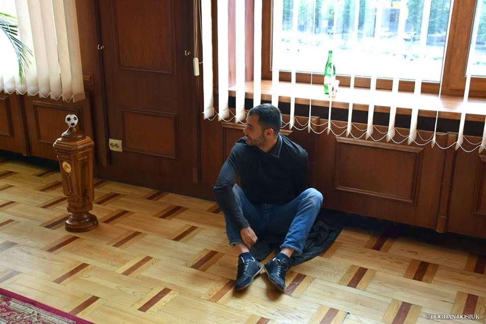 Депутат Андріан Волгін прикував себе кайданками у кабінеті мера. Фото