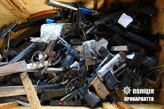 Франківські правоохоронці знищили зброю, вилучену із незаконного обігу. Фото